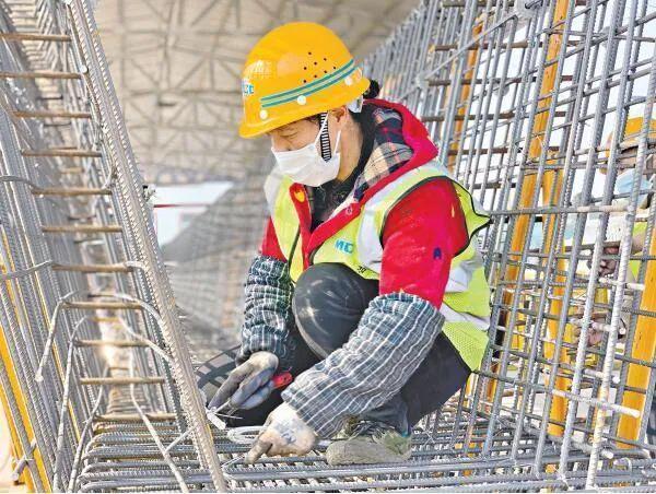 留在汉的建筑工人为武武高速而战,工地上的春节食谱让他们感受到了家的温暖。 第2张