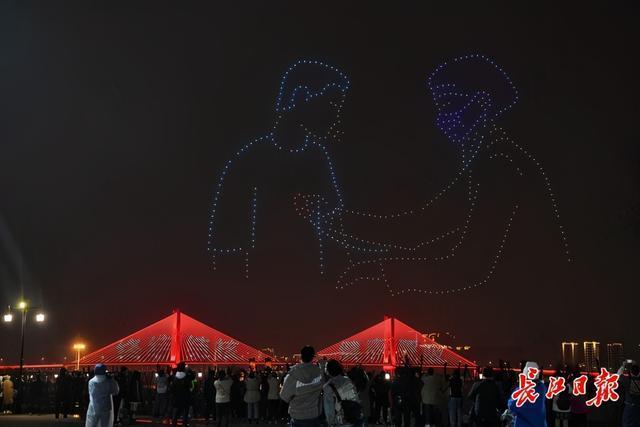 十一地战疫医护人员汇聚江城,两江灯光点亮向英雄致敬。 第2张
