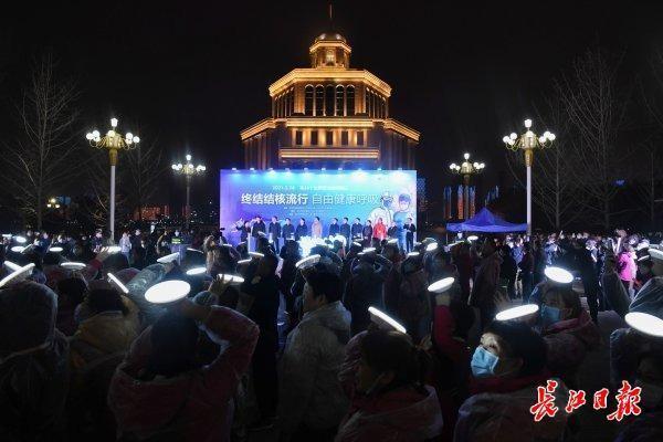 十一地战疫医护人员汇聚江城,两江灯光点亮向英雄致敬。 第1张