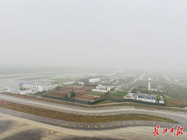 访问国内最高的武汉天河机场塔台,揭示空管气象观测员如何观云识雨。 第3张