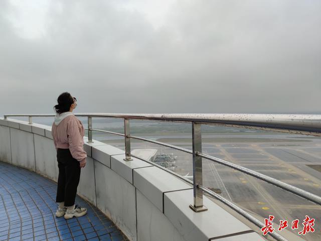 访问国内最高的武汉天河机场塔台,揭示空管气象观测员如何观云识雨。 第2张