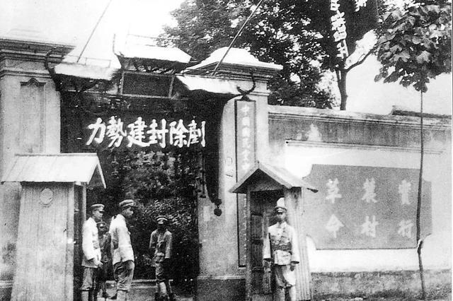 这个锈迹斑斑的铁箱在武汉珍藏多年,背后的故事令人动容。 第3张