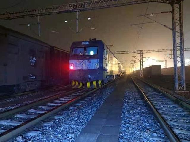 十日开6列,中欧班列(武汉)运货繁忙。 第1张