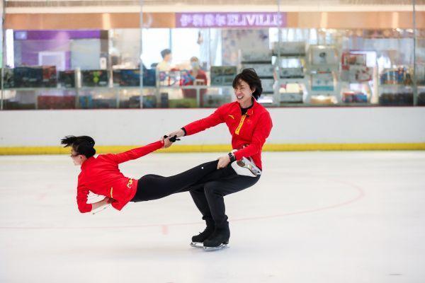 北京冬奥会倒计时300天,世界冠军亲自指导武汉青少年。 第1张