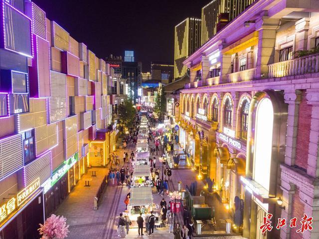黄鹤楼、户部巷、东湖绿道…城市生活新兴旺盛,樱花约定的来客比2019年多。 第4张