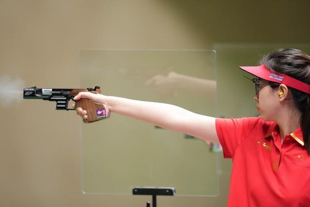 肖嘉芮萱获女子25米运动手枪铜牌。 第1张